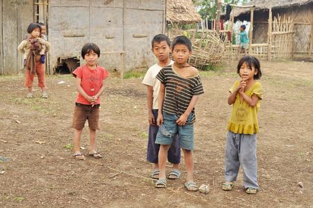 POBRES NI�OS: Nagaland, India - marzo de 2012: Grupo de los ni�os pobres en Nagaland, remota regi�n de la India. Editorial Documental. Editorial