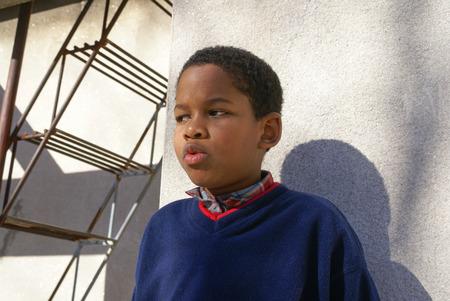 conversaciones: Uruguay - junio de 2008: muchacho joven habla sobre su familia en las calles de Uruguay. editorial documental.