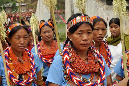 cintillos: Lun Nagaland - Abril de 2012: las mujeres indígenas llevan cintas y collares de cuentas de vidrio durante la actuación en Aoleang festival en Lun, Nagaland tradicionales. editorial documental. Editorial