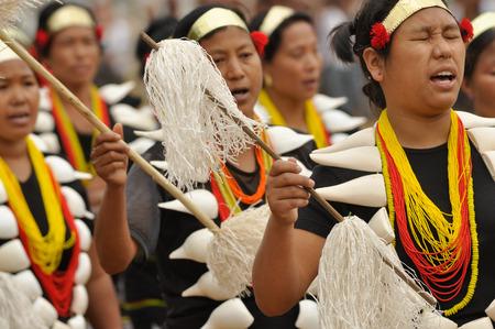 cintillos: Lun Nagaland - Abril de 2012: las mujeres nativas con grandes collares y cintas para la cabeza bailan y cantan durante la actuación en Aoleang festival en Lun, Nagaland. Aoleang es más grande y más importante festival de la Konyak nagas de Nagaland. editorial documental. Editorial