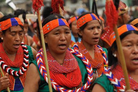 headbands: Lun Nagaland - Abril de 2012: Multitud de mujeres nativas en trajes de colores y cintas para la cabeza cantar canciones tradicionales durante la actuaci�n en Aoleang festival en Lun, Nagaland. Aoleang es m�s grande y m�s importante festival de la Konyak nagas de Nagaland. Documental