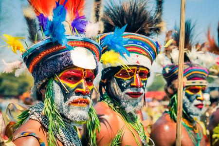 Show de Hagen, Papúa Nueva Guinea - alrededor de agosto de 2015: Dos hombres nativos semidesnudos con colores en sus caras y barbas durante el espectáculo de Hagen, Papua Nueva Guinea. Editorial documental. Foto de archivo - 57139856
