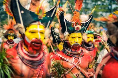 Hagen espectáculo, Papua Nueva Guinea - alrededor de agosto de 2015: el hombre semidesnuda durante Hagen espectáculo, Papúa Nueva Guinea. editorial documental. Foto de archivo - 57381386