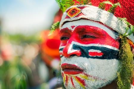 Hagen espectáculo, Papua Nueva Guinea - alrededor de agosto de 2015: El hombre nativo durante Hagen espectáculo, Papúa Nueva Guinea. editorial documental. Foto de archivo - 57381467