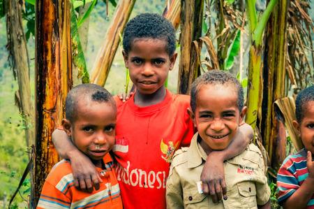 ダニ回路、インドネシア - 2015年 9 月: ワメナ、パプア、インドネシアに近いダニ回路で美しい地域にハグし合う三人のカラフルなシャツの男の子を