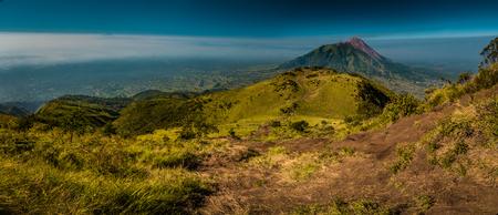 Foto panorámica del Monte Merbabu y sus alrededores, cerca de Yogya, en la provincia central de Java, en Indonesia. En esta región, solo se puede conocer gente de tribus locales aisladas. Foto de archivo - 70518975