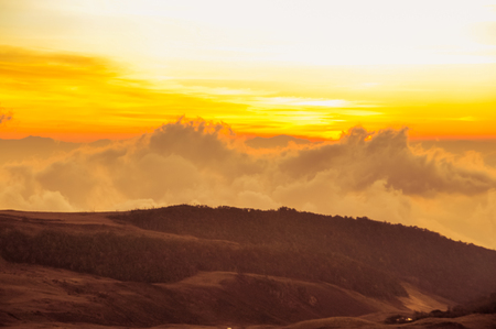 Nuova Guinea: Photo of evening fog and colours of sunset on horizon near Mt. Giluwe in Papua New Guinea. Archivio Fotografico