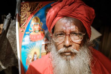 hinduist: Ganga Sagar, West Bengal - circa January 2012: Man with red turban and grey beard wears glasses in Ganga Sagar, West Bengal. Documentary editorial.