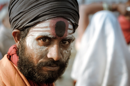 hinduist: Ganga Sagar, West Bengal - circa January 2012: Man with white, black and red colour on face wears black turban in Ganga Sagar, West Bengal. Documentary editorial.