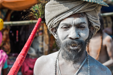 hinduist: Ganga Sagar, West Bengal - circa January 2012: Man with beard and turban is covered in white powder in Ganga Sagar, West Bengal. Documentary editorial.