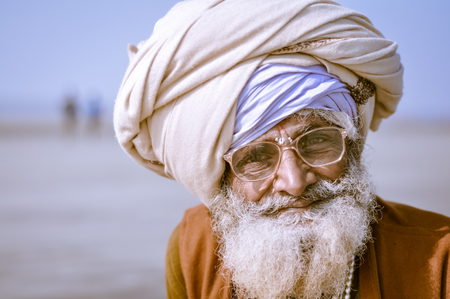 hinduist: Ganga Sagar, West Bengal - circa January 2012: Old native man with white turban and grey beard wears glasses in Ganga Sagar, West Bengal. Documentary editorial.