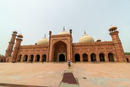 Magnificient Badshahi Mosque  in Lahore, Pakistan. Popular tourist attraction. Foto de archivo - 118052263