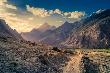 Trail leading to K2 base camp in Karakoram mounatins in Pakistan. Foto de archivo - 118052245