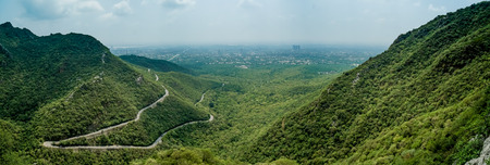 Panoramic view of Islamabad, Pakistan from surrounding mountains. Foto de archivo - 118052095