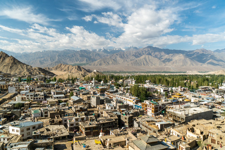 Town of Leh in Ladakh, India, with snowy peaks of Himalayas in the background. Standard-Bild