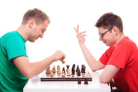 jugando ajedrez: Dos individuos que juegan al ajedrez - lanzamiento del estudio
