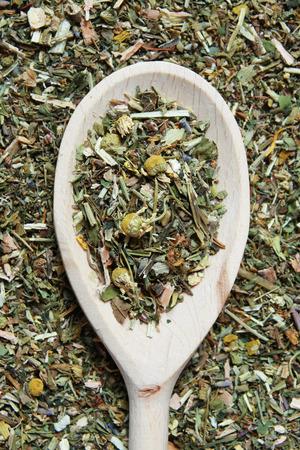 herbolaria: Cuchara de madera y varias hierbas en un herbolario - lanzamiento del estudio