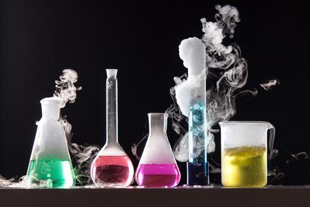 tubo de ensayo: Cristal en un laboratorio químico lleno de líquido de color durante la reacción - lanzamiento del estudio