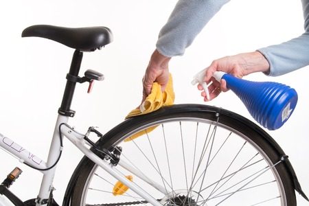 Hands with a cloth and water cleaning bicycle fender - spring cleaning Stockfoto
