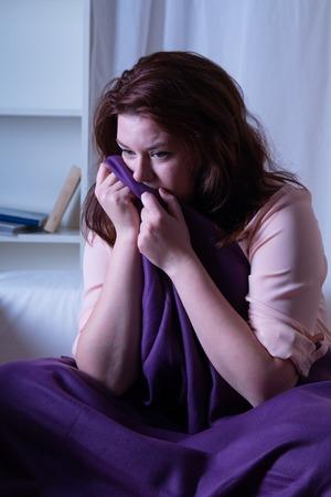 psyche: Mujer en la noche sufrimiento de la depresi�n - lanzamiento del estudio