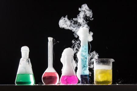 beaker: Cristal en un laboratorio qu�mico lleno de l�quido de color durante la reacci�n - lanzamiento del estudio