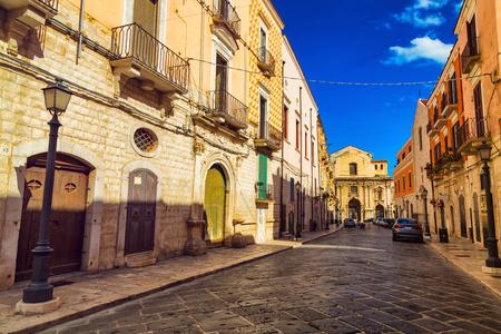 Calle de la ciudad vieja en la ciudad de Barletta, región de Puglia, Italia Foto de archivo