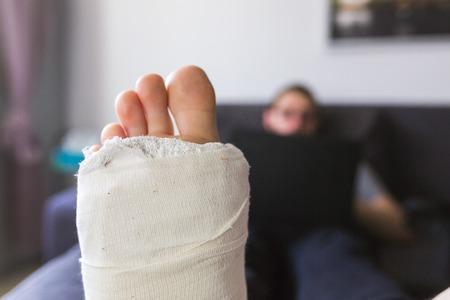 Man at home with broken leg - close up Imagens