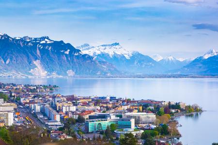 Panorama der Stadt Montreux, des Genfer Sees und der atemberaubenden Berge in der Schweiz