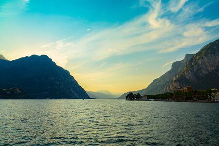 Idilliaco tramonto sul Lago di Como e montagne prese dalla città di Lecco, Lombardia, Italy