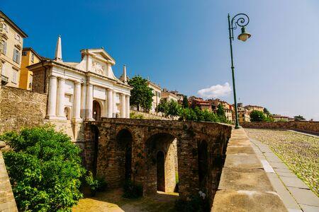 City gate Porta San Giacomo with the lion of San Marco in Bergamo town, Italy 版權商用圖片