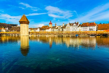 Kapellbrucke historic Chapel Bridge and waterfront landmarks in Lucern, Switzerland Stockfoto