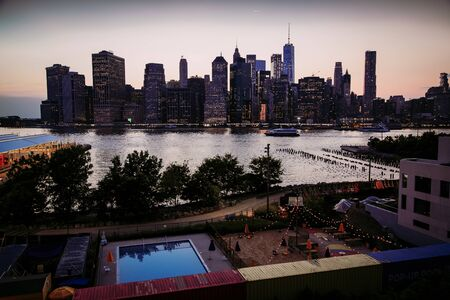East River at dusk with Manhattan Panorama, New York City Stockfoto