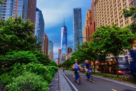 Hudson River Greenway and cyclists with One WTC view in New York City Stockfoto