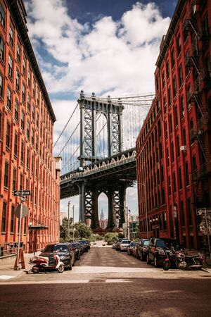 Manhattan bridge seen from a Washington Street in Brooklyn Stockfoto
