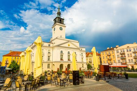 Old town square with town hall in city of Kalisz, Poland Stockfoto - 132357911