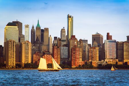 Lower Manhattan Panorama und Hudson River aus Yersey City bei Sonnenuntergang, New York City, USA