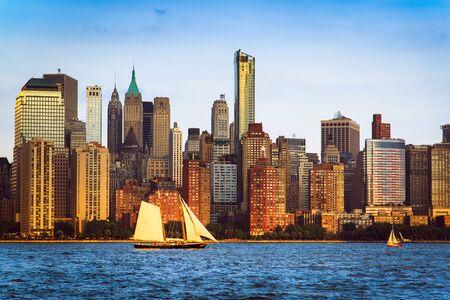 Panorama de Lower Manhattan et Hudson River pris de Yersey City pendant le coucher du soleil, New York City, USA