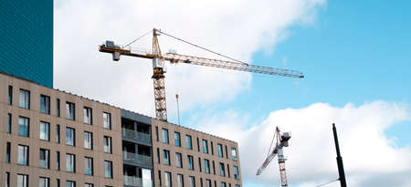 cranes against the sky and building 免版税图像