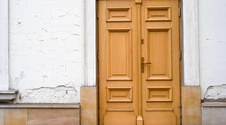 old wooden door in a tenement house 免版税图像