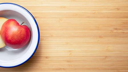 apple on a white plate 免版税图像