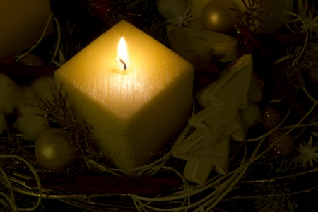 adventskranz: Candle with christmas decoration