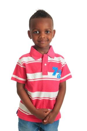 garcon africain: afro-américain bel enfant noir qui sourit isolés métisses cheveux bouclés dents
