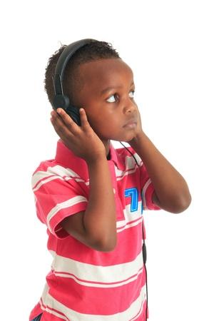 garcon africain: african american enfant noir écouter de la musique isolé cheveux bouclés metisse