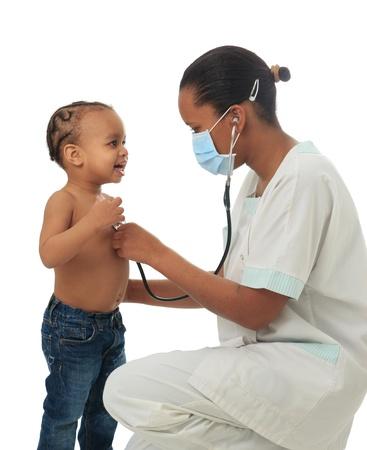 pediatra: Negro enfermera afroamericana con el niño aislado estetoscopio metisse infirmiere