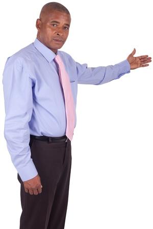 apontador: Homem de neg�cios americano africano que mostra algo em branco