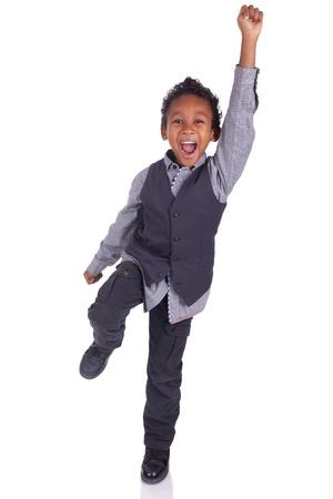 Portret van gelukkige blije mooie kleine jongen geïsoleerd op witte achtergrond