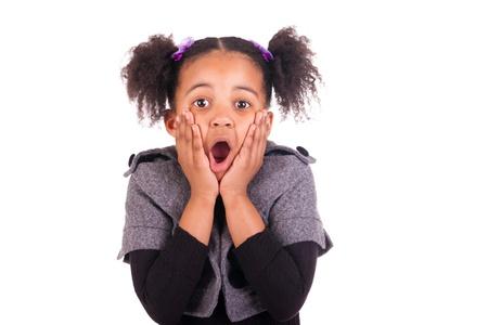 sacar la lengua: Muchacha africana joven que pega la lengua hacia fuera, aislado en fondo blanco