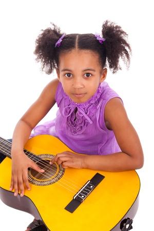 niño cantando: Chica joven con la guitarra sobre fondo blanco