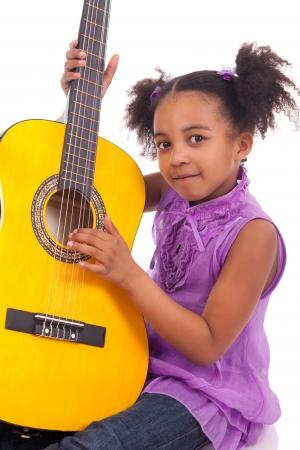 ni�o cantando: Chica joven con la guitarra sobre fondo blanco