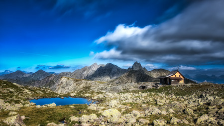 alpine hut: Caba�a en los Alpes italianos Editorial
